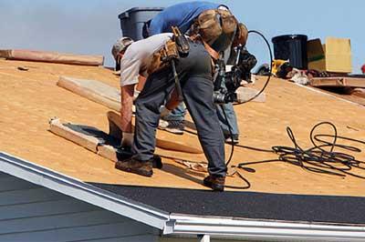 buitenlandse arbeider op het dak